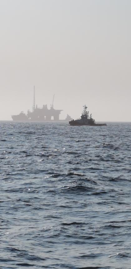 Slepebåt, to supplybåter og en borerigg. Foto: Bjørnar Naustvik