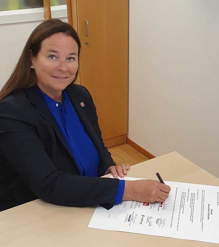 Hege Merethe Bengtsson skriver under mandatet.
