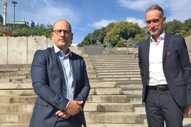 Steffen Handal, forhandlingsleder i Unio kommune, sammen med Tor Arne Gangsø, arbeidslivsdirektør i KS, ved forhandlingsstart.