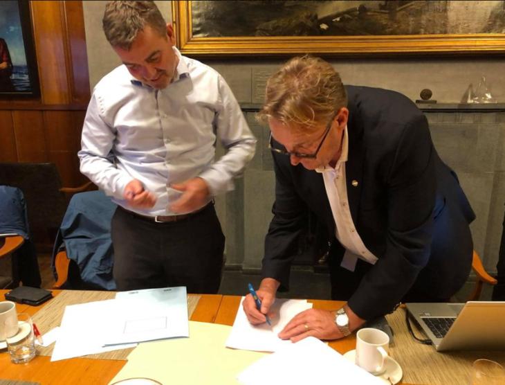Hans Sande, adm dir, skriver under avtalen på vegne av DSO.
