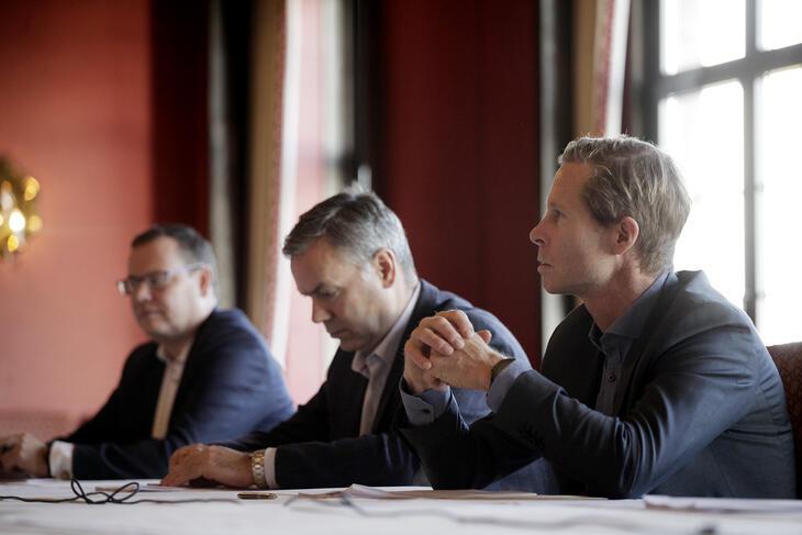 Pål Tangen, forhandlingsdirektør i Rederiforbundet, sammen med deler av sin delegasjon.