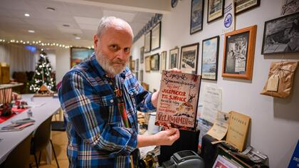 Sigfred Johan Lunde viser frem en plakat der Kopervik Sjømannsforening inviterte til en samling der de tok imot julegaver til sjøfolk. Foto: Morten Opedal/Sjømannskirken