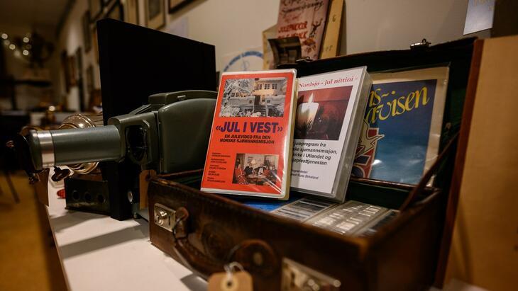 Det er flere historiske spor og minner fra julen i hyllene i museet. Som juleprogrammene på VHS-kassetter.