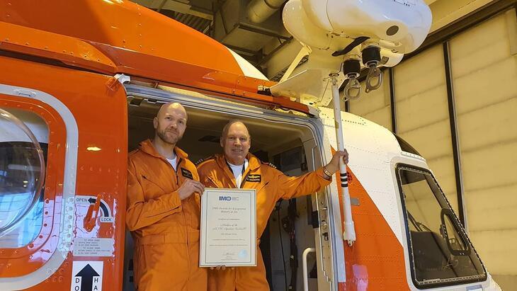 Pilot Rune Amundsen og redningsmannen Alvin Fyhn i 330-skvadronen.